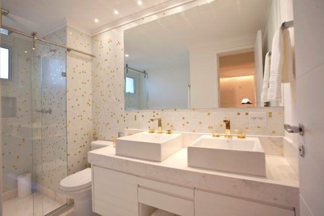 40 BANHEIROS DECORADOS COM PASTILHAS -> Banheiro Com Pastilha Na Parede Do Chuveiro