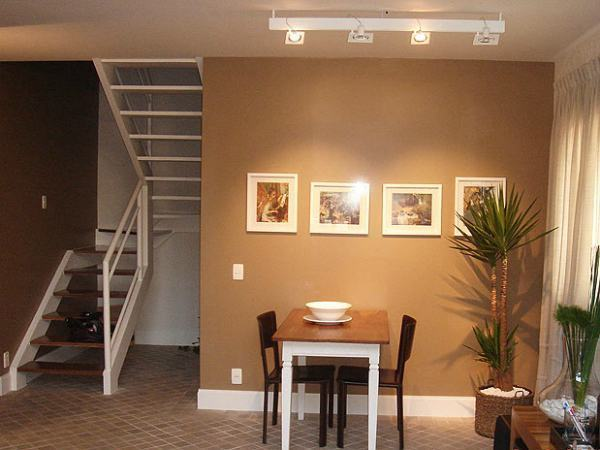 Decoração-de-Sala-Pequena-com-Escada