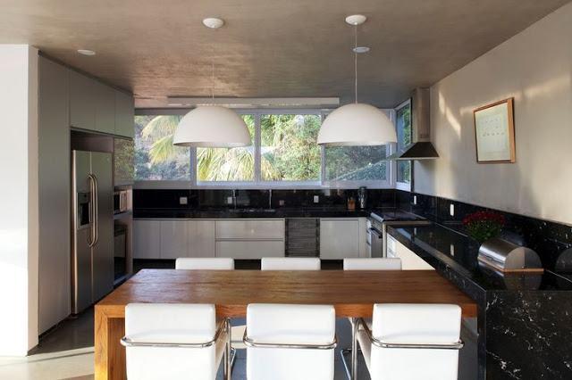 cozinha-grande-bancadas-escuras-bol