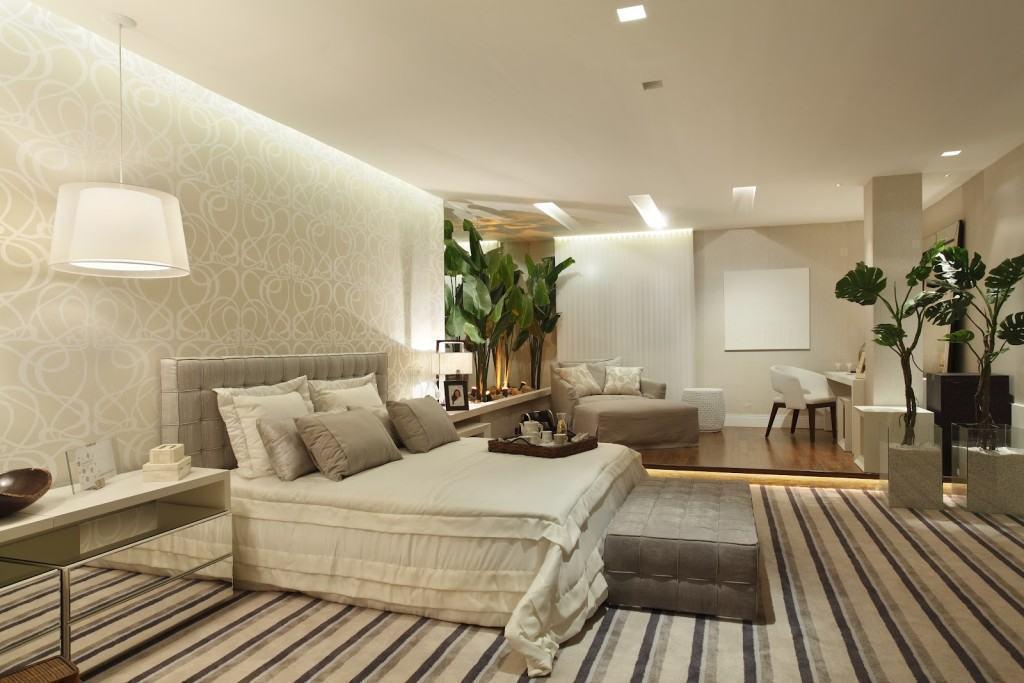 decoracao-de-quarto-de-casal-iluminacao-indireta-detalhe-de-gesso-papel-de-parede-tons-neutros-tapete-listrado-composicao-de-papeis-de-parede