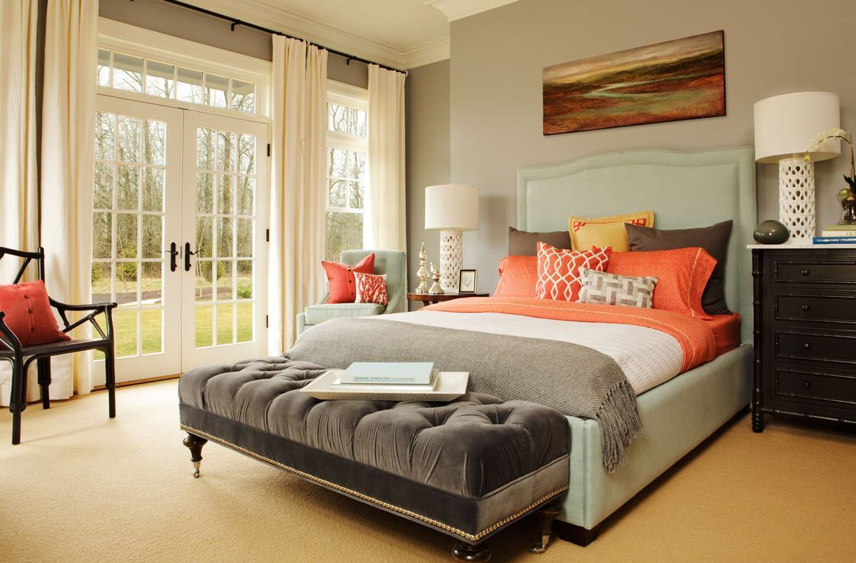 quarto de casal em tons de cinza e laranja com cortina branca
