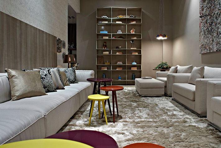 Tapetes para sala decorativos fotos e dicas for Sala de estar grande com escada